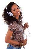 对妇女年轻人的听的音乐 库存图片
