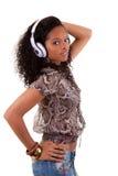 对妇女年轻人的听的音乐 免版税库存照片