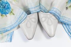 对妇女` s葡萄酒鞋子在白色的一条蓝色和白色丝绸花卉围巾装饰了 免版税库存图片