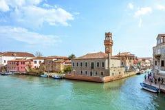 对威尼斯式盐水湖运河的白天视图有停放的小船的 免版税图库摄影