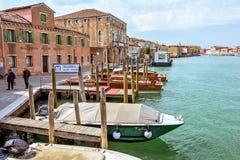 对威尼斯式盐水湖运河的白天视图有停放的小船的 免版税库存照片