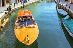 对威尼斯式盐水湖运河的白天视图有停放的小船的 免版税库存图片