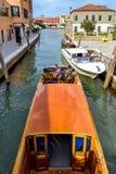 对威尼斯式盐水湖运河的白天视图有停放的小船的 图库摄影