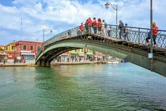 对威尼斯式盐水湖运河的白天视图有停放的小船的 库存图片