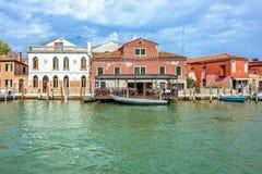 对威尼斯式盐水湖运河的白天视图有停放的小船的 库存照片