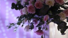 对婚姻的美丽的婚礼装饰 美丽的花在桌上 股票视频