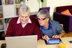 对孙子的愉快的长辈夫妇文字电子邮件 图库摄影