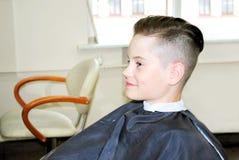 对学校的新的时兴的发型 库存图片