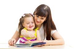 读对孩子书的母亲 免版税图库摄影
