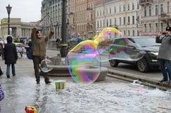 对孩子的吸引力在街道上 图库摄影