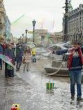 对孩子的吸引力在街道上 免版税库存照片