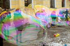 对孩子的吸引力在街道上 免版税图库摄影