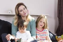 读对孩子的母亲在床上 免版税库存照片