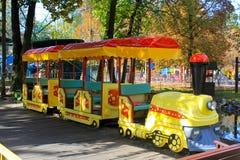 对孩子的火车吸引力在公园 免版税库存图片