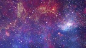 对宇宙的飞行在漂浮在美丽的空间星银河空间背景 包含从美国航空航天局的公共领域图象 股票录像