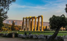 对宙斯的雅典巨大专用的神希腊国王奥林山被破坏的寺庙 免版税库存图片