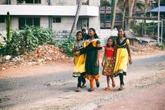 对家庭的印地安小女孩的方式从学校走 图库摄影