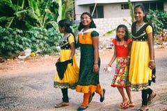 对家庭的印地安小女孩的方式从学校走 库存图片