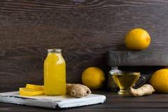 对寒冷的家庭补救从柠檬、蜂蜜和姜 免版税库存图片