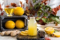 对寒冷的家庭补救从柠檬、蜂蜜和姜 图库摄影