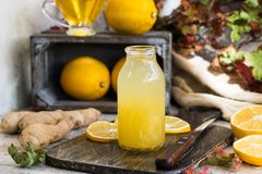 对寒冷的家庭补救从柠檬、蜂蜜和姜 库存图片