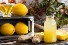 对寒冷的家庭补救从柠檬、蜂蜜和姜 库存照片
