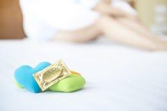 对对避孕的用途的避孕套 免版税库存图片