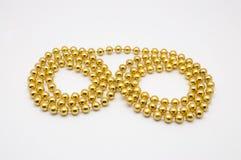 对小圆的形状的金黄项链的特写镜头, 免版税库存图片
