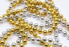 对小圆的形状的银和金黄项链的特写镜头,被隔绝 免版税库存照片