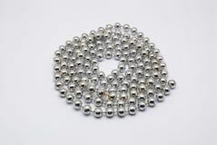 对小圆的形状的银色项链的特写镜头, 库存照片