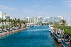对小游艇船坞的入口,有散步的,现代旅馆复合体,棕榈,埃拉特,以色列 免版税库存图片
