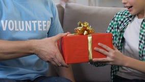 对小男孩的志愿提出的giftbox从低收入家庭,状态支持 股票录像