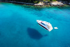对小船的惊人的看法,明白水的加勒比天堂 库存图片