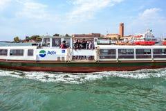 对小船的白天视图有看海和夺取的游人的 图库摄影