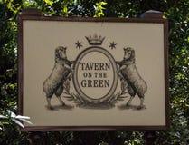 对小酒馆的入口绿色的 免版税库存照片