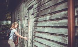 对小酒馆的年轻旅游入口在西部镇 库存图片