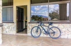 对屋子的入口在盛大Caporal旅馆在奇基穆拉, Guate 免版税图库摄影