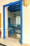 对屋子的门道入口有与栏杆和staine的蓝色楼梯的 库存图片
