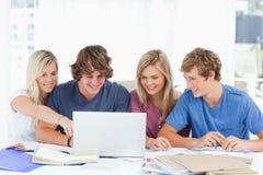 对屏幕的一个女学生点 免版税库存图片