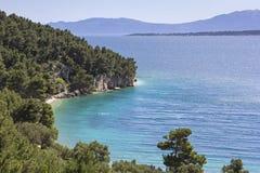 对山和海滩,亚得里亚海,克罗地亚的看法 免版税库存图片