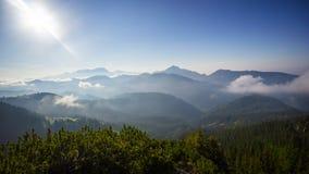 对山土坎早晨有雾的, Koschuta,斯洛文尼亚的看法 免版税库存照片