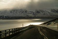对山的底部的美丽的景色 水、山和阳光 库存图片