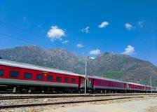 对山的火车 免版税库存图片