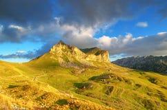 对山的美妙的看法在国家公园杜米托尔国家公园 黑山巴尔干欧洲 喀尔巴阡山脉,乌克兰,欧洲 秋天风景jn蓝天 免版税库存图片