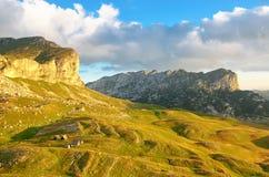 对山的美妙的看法在国家公园杜米托尔国家公园 黑山巴尔干欧洲 喀尔巴阡山脉,乌克兰,欧洲 秋天风景jn蓝天 免版税库存照片