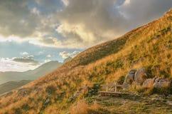 对山的美妙的看法在国家公园杜米托尔国家公园 黑山巴尔干欧洲 喀尔巴阡山脉,乌克兰,欧洲 秋天风景jn蓝天 库存图片