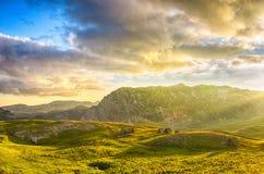 对山的美妙的看法在国家公园杜米托尔国家公园 黑山巴尔干欧洲 喀尔巴阡山脉,乌克兰,欧洲 秋天风景jn蓝天 免版税图库摄影