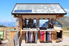 对山的骆马农场在湖上 免版税库存图片