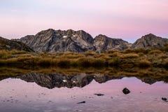 对山脉的看法在日出之前的新西兰 库存图片