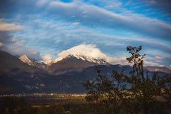 对山脉& x28的惊人的看法; Stol, Vrtaca, Begunjscica& x29;在-流血的秋天,斯洛文尼亚,欧洲 免版税库存图片